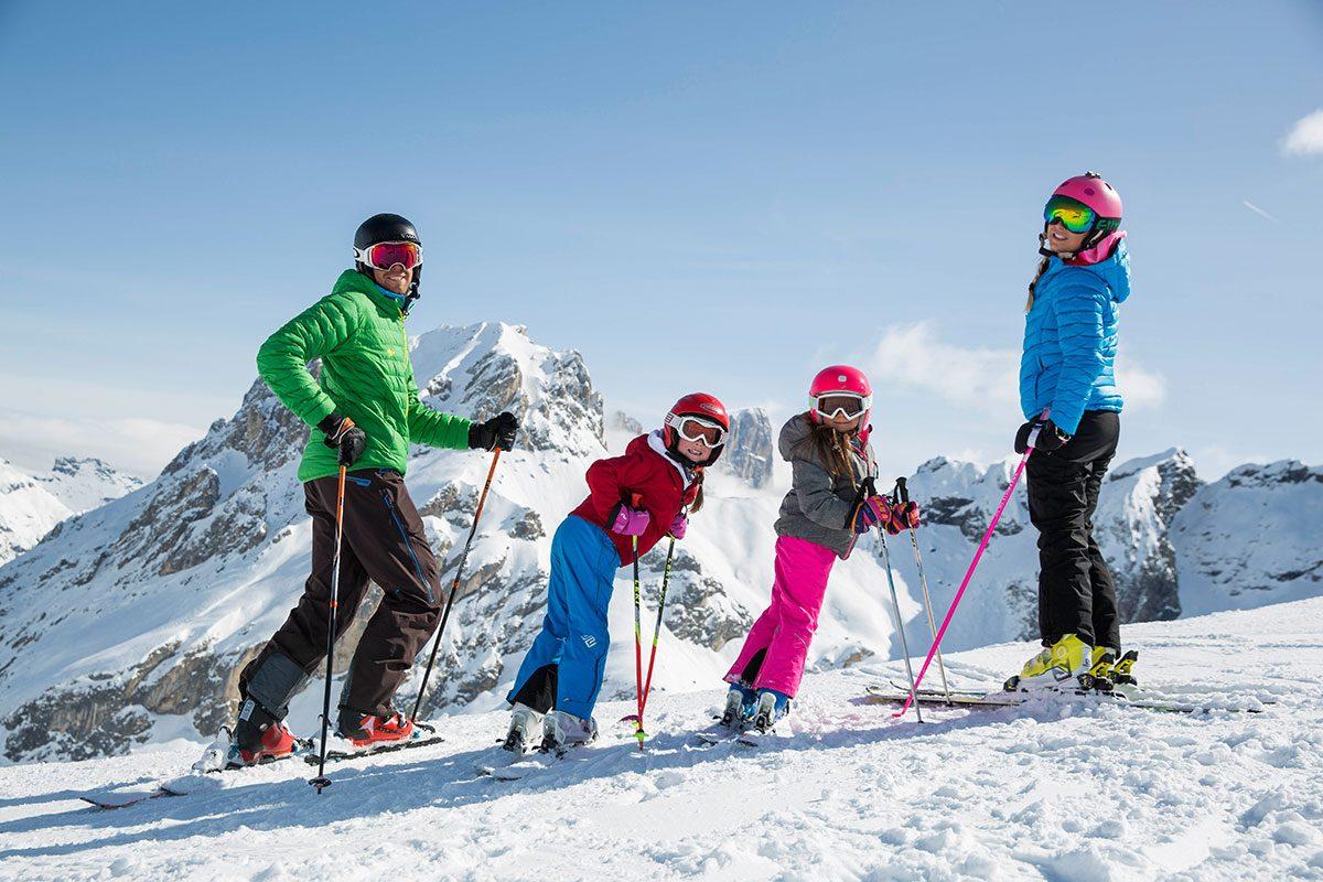 famiglia con gli sci